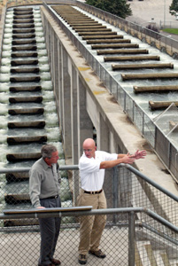 (Tri-City Herald/Bob Brawdy) President Bush, left, speaks with Witt Anderson, a fisheries program biologist with the U.S. Army Corps of Engineers, during a tour of the Ice Harbor Lock and Dam near Burbank.Behind Bush is a fish ladder which allows salmon to get past the dam as they complete their natural migration patterns. Bush was in the state to address environmental and salmon issues.