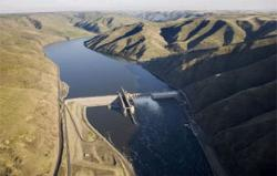 (Steven Lane) Lower Granite Dam, finished by the Army Corps of Engineers in 1975, pushed a 39-mile-long slack water reservoir all the way up to Lewiston, Idaho. Now, the river is exacting its revenge as silt steadily builds up the river bottom.